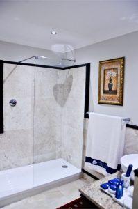 Hotel Shelley Point Shower Bathroom